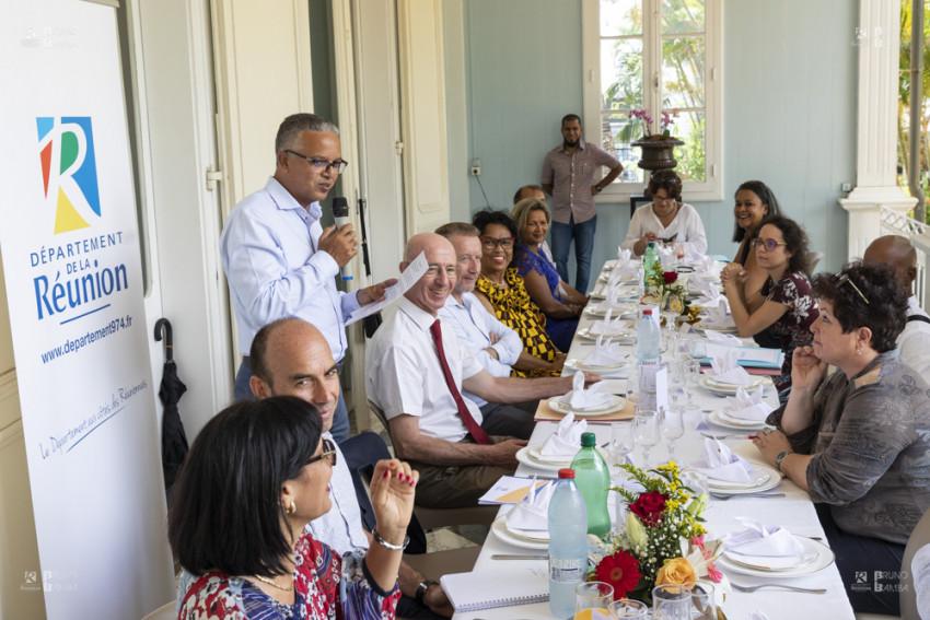 le Président Cyrille Melchior, au micro, s'adresse aux journalistes de la presse réunionnaise