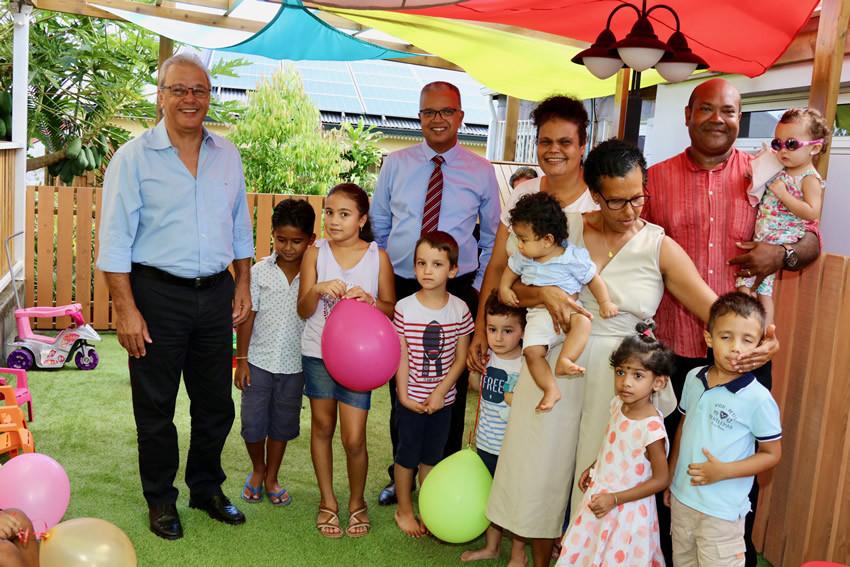 Cyrille Melchior et Maurice Gironcel avec les enfants et le personnel de la MAM