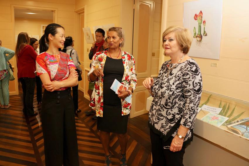 Jacqueline HENRY visite l'exposition avec 2 artistes de l'exposition