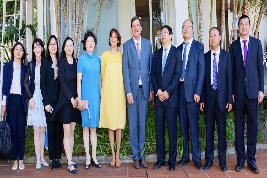 Daniel Gonthier avec la délégation chinoise devant la Villa du Département