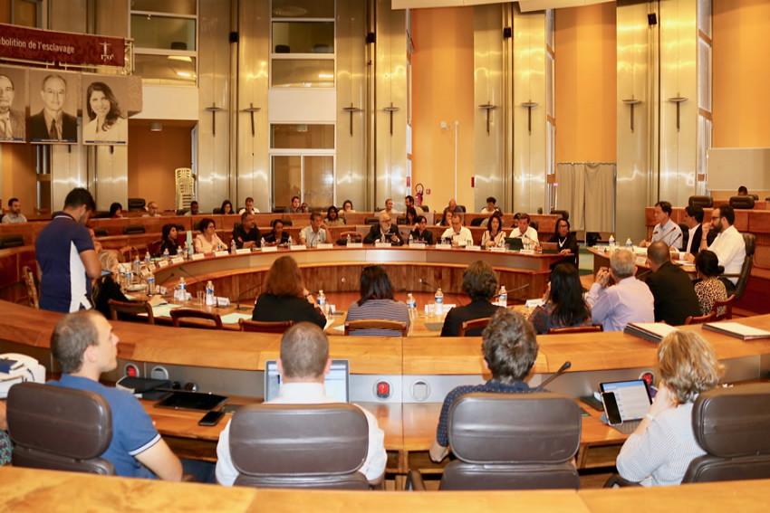 L'hémicycle du Département avec les élus et les administratifs de la commission permanente