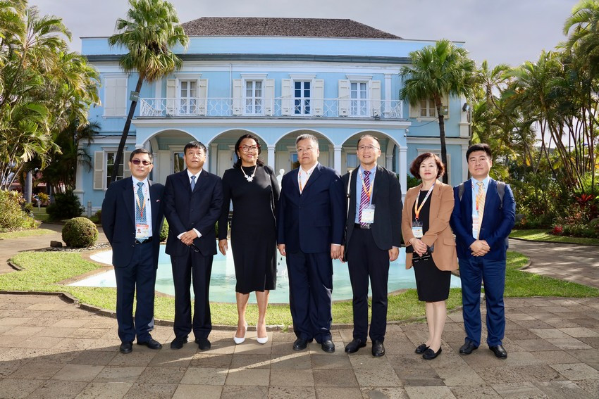 photo de groupe devant la Villa du Département