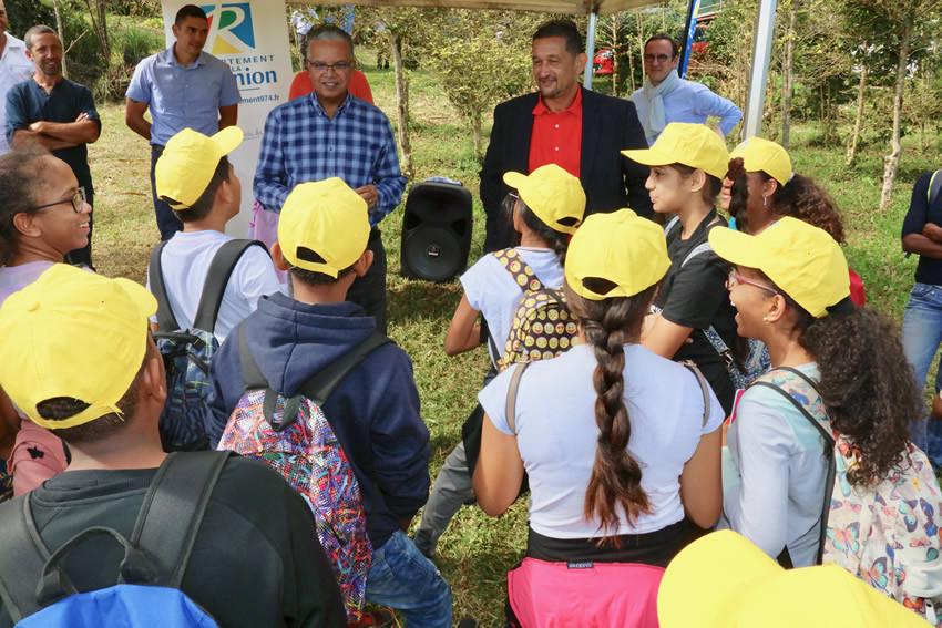 Cyrille Melchior et Sergio Erapa avec les élèves du Collège Titan du Port
