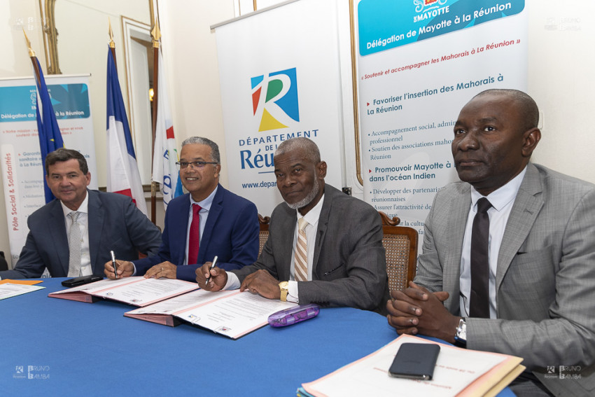 Signature de la covention entre les collectivités départementales de Mayotte et de La Réunion