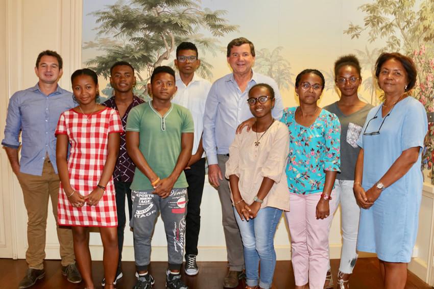 Les lycéens malgache avec leur professeur et l'élu délégué aux affaires internationales