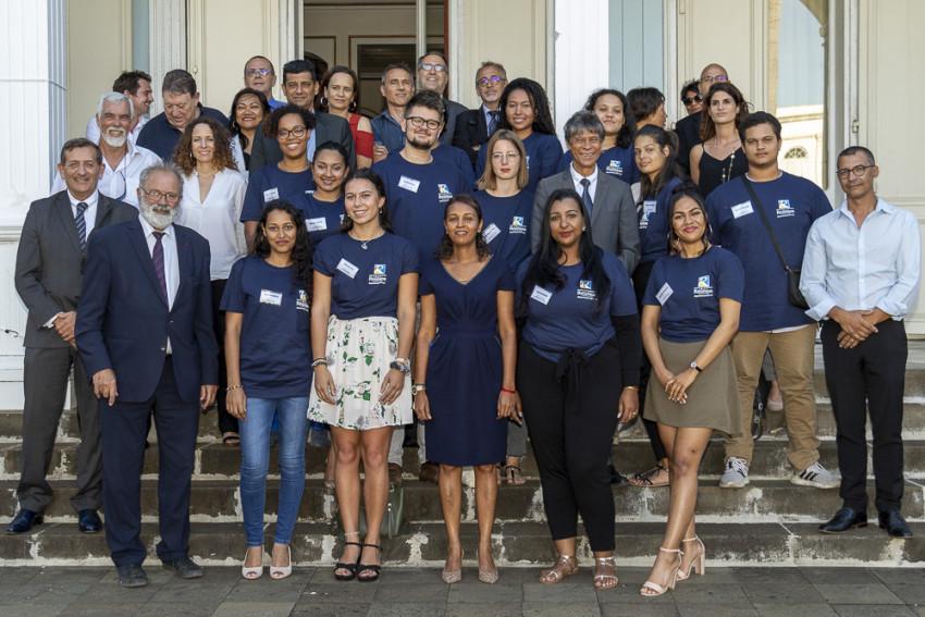 photo de groupe avec les partenaires et les 13 réunionnais qui partent en mission dans la zone océan Indien