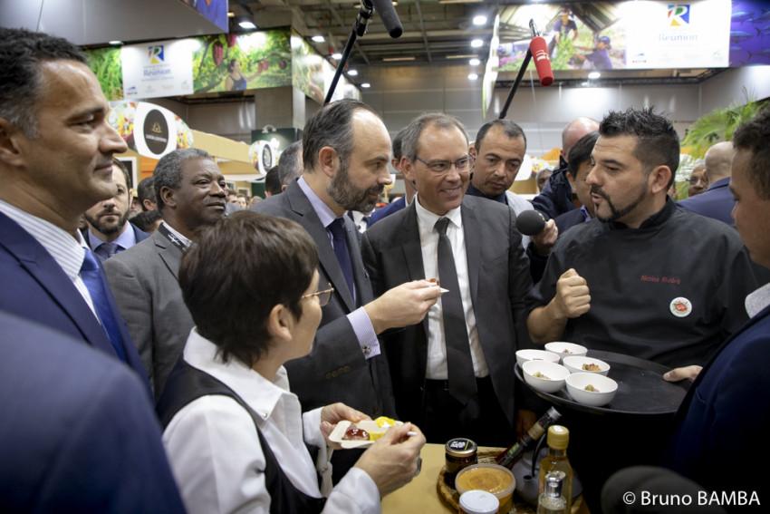 Le premier ministre, la ministre des Outre-mer et le Vice-Président du Département aux affaires agricoles visitent les stands du village Réunion