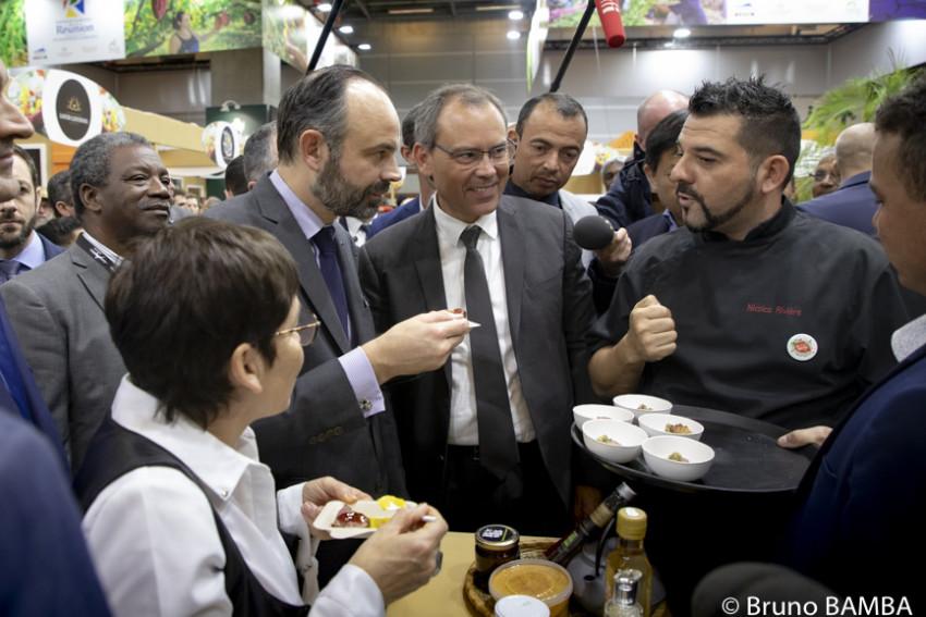 Le Premier Ministre et la Ministre des Outre-mer ont goûté à des spécialités culinaires du chef du Village Réunion, Nicolas Rivière