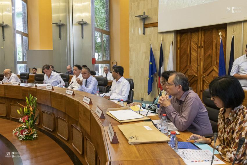 Les élus à la tribune officielle de l'hémicycle du Département